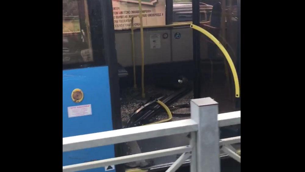 На привокзальной площади Брянска столкнулись уборочная машина и автобус