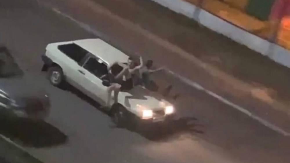 В Брянске полуголые парни устроили катания на капоте машины