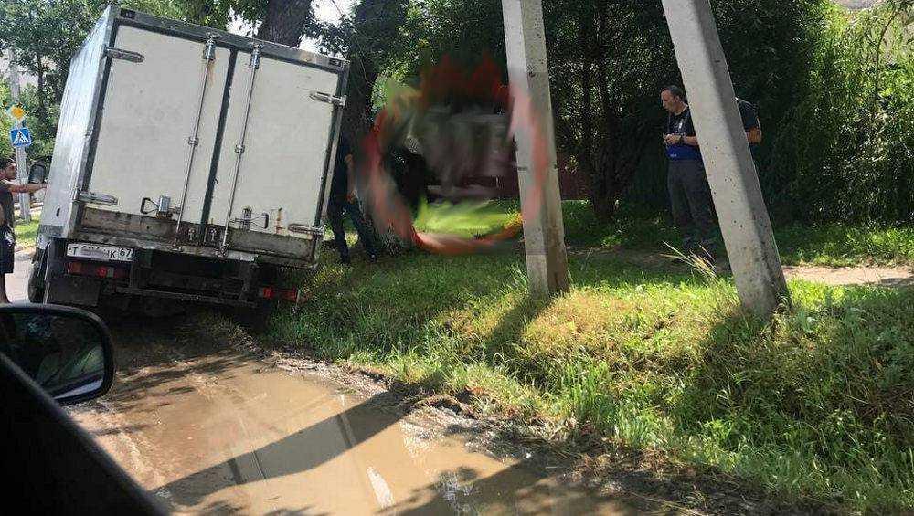 В Брянске на Почтовой улице грузовой фургон съехал в канаву