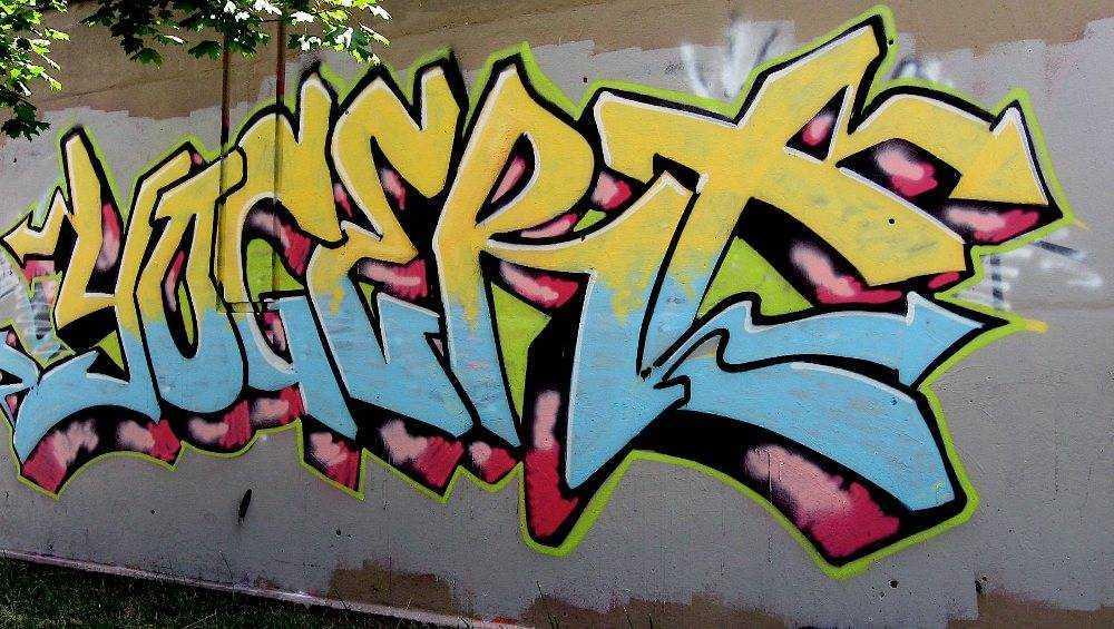 В Брянске полиция открыла уголовное дело о порче фасада здания граффити