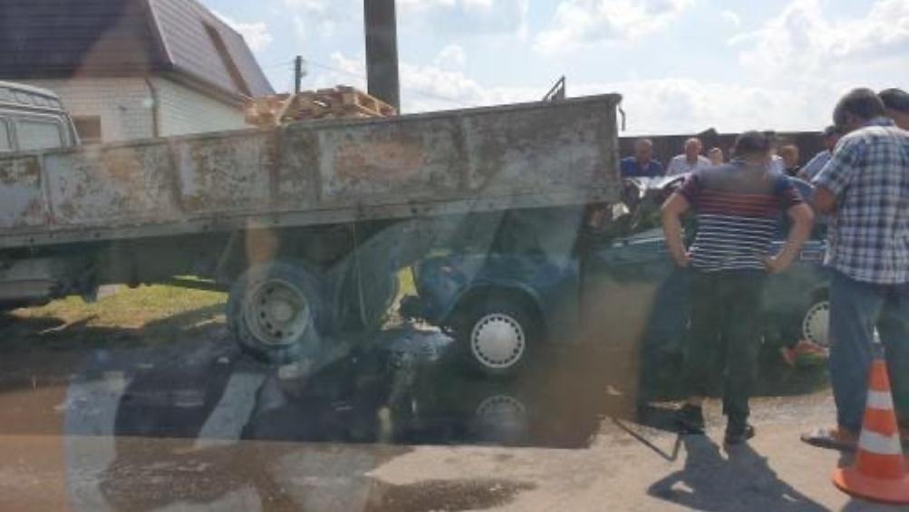 В Брянске возле овощного рынка легковушка попала под грузовик