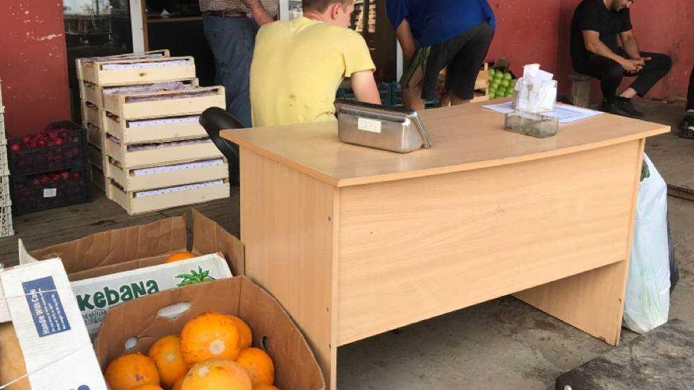 В Брянске торговцы рынка поручили пьяницам секретную переборку фруктов