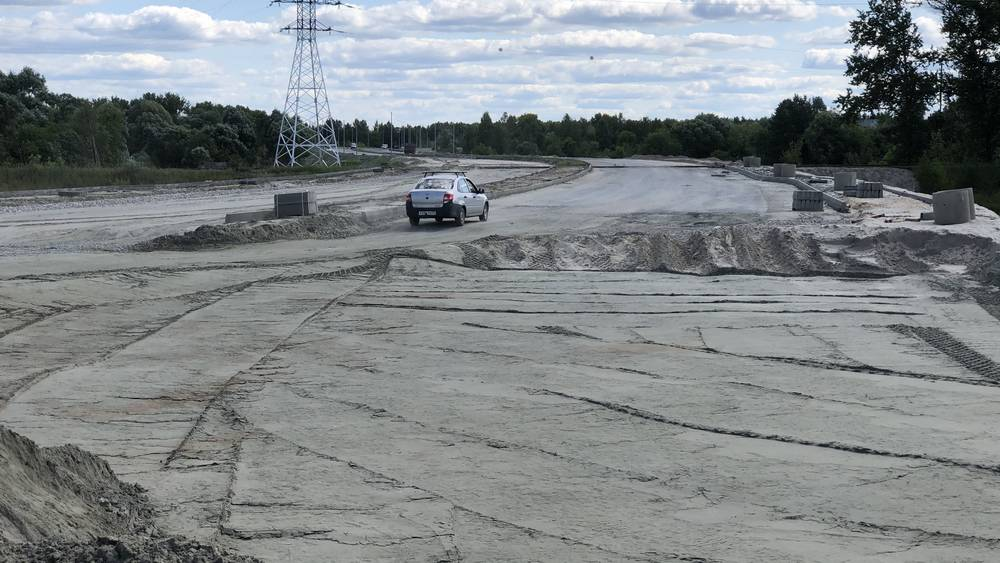 В Брянске водители начали самовольно ездить по недостроенной дороге до «Метро»