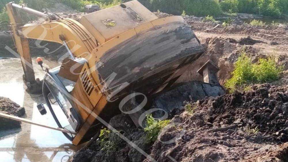 В Климове при строительстве дамбы перевернулся и утонул в грязи бульдозер
