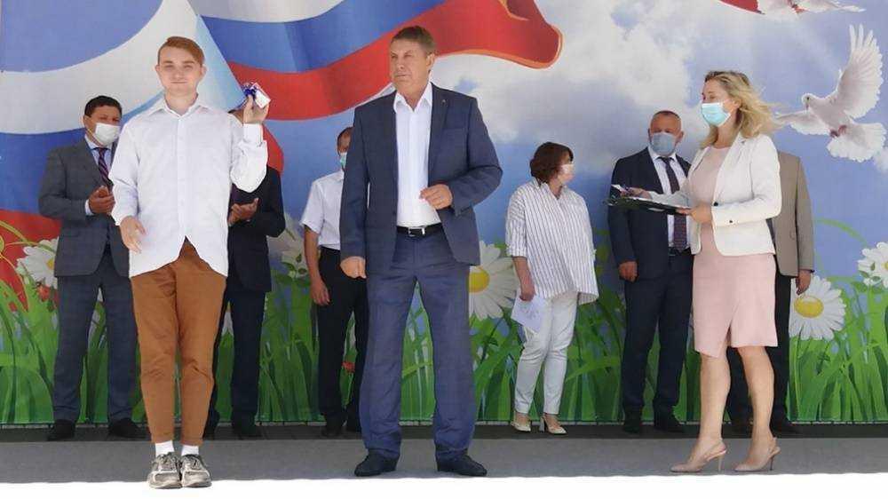 В парке Брянска губернатор вручил 30 детям-сиротам ключи от квартир