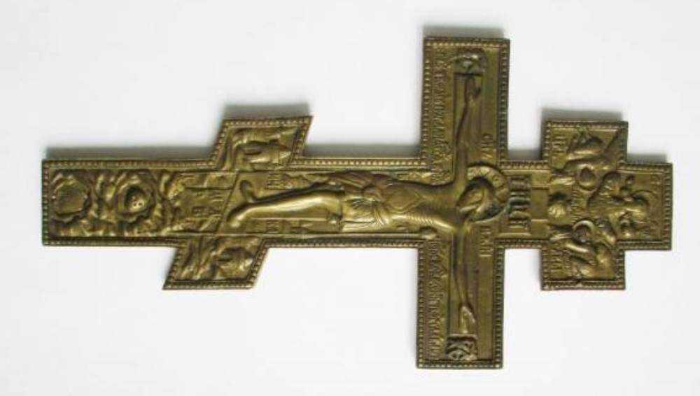 Брянские таможенники перехватили посылку с двумя древними крестами