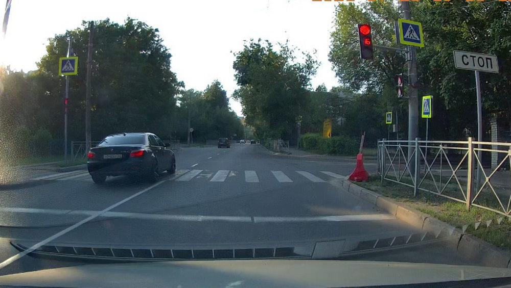 В Брянске сфотографировали проезд «бумера» на красный сигнал светофора