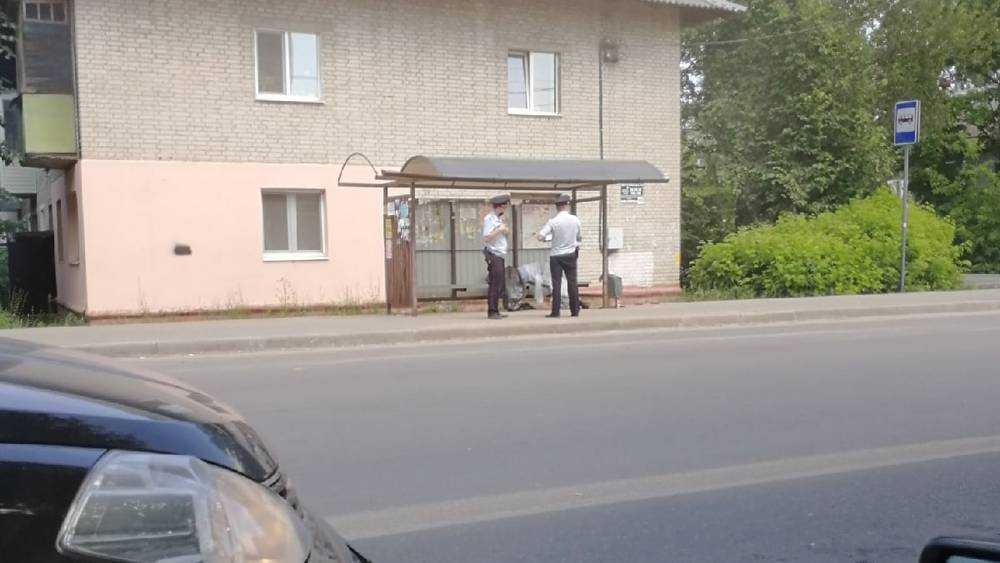 В Брянске начали выяснять причину гибели мужчины на автобусной остановке