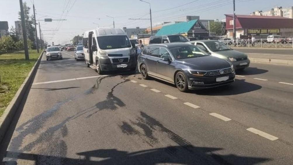 В Брянске в ДТП с маршруткой пострадали женщина и 14-летняя девочка