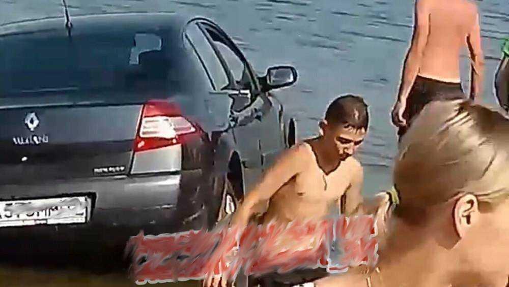 В Брянске пьяная женщина утопила автомобиль Renault в Керамзитном озере