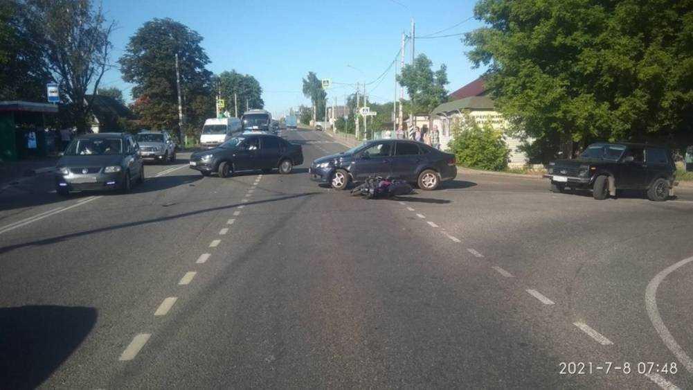 Под Брянском 36-летний мопедист попал под автомобиль Volkswagen