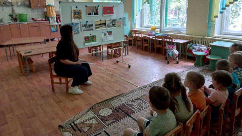 В день образования Брянской области партийные активисты рассказали о родном крае самым маленьким