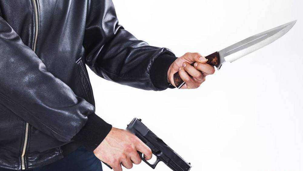 Житель Брянска за хранение огнестрела и ранение ножом приятеля осужден на 6 лет