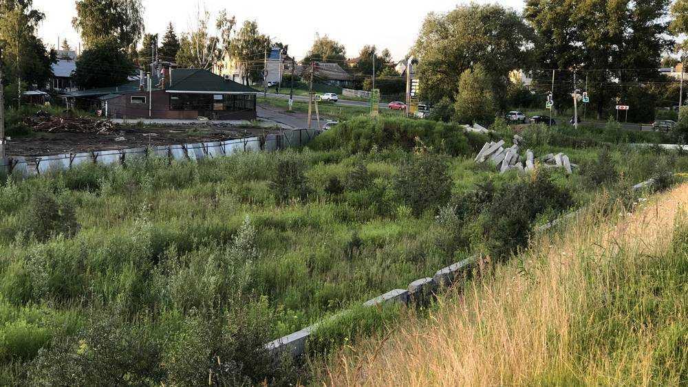 В Брянске заброшенная стройка возле «Аэропарка» превратилась в болото