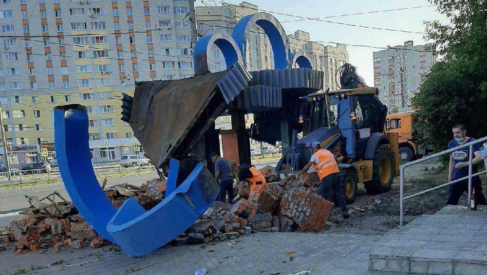 В Брянске возле мясокомбината снесли старую остановку