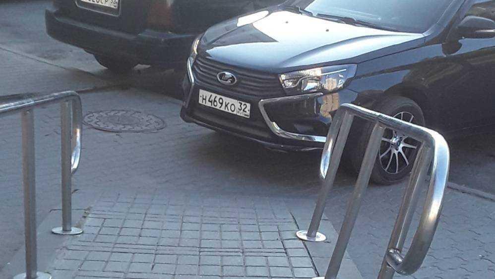 В Брянске автомобилистка у подъезда закрыла путь инвалидам-колясникам