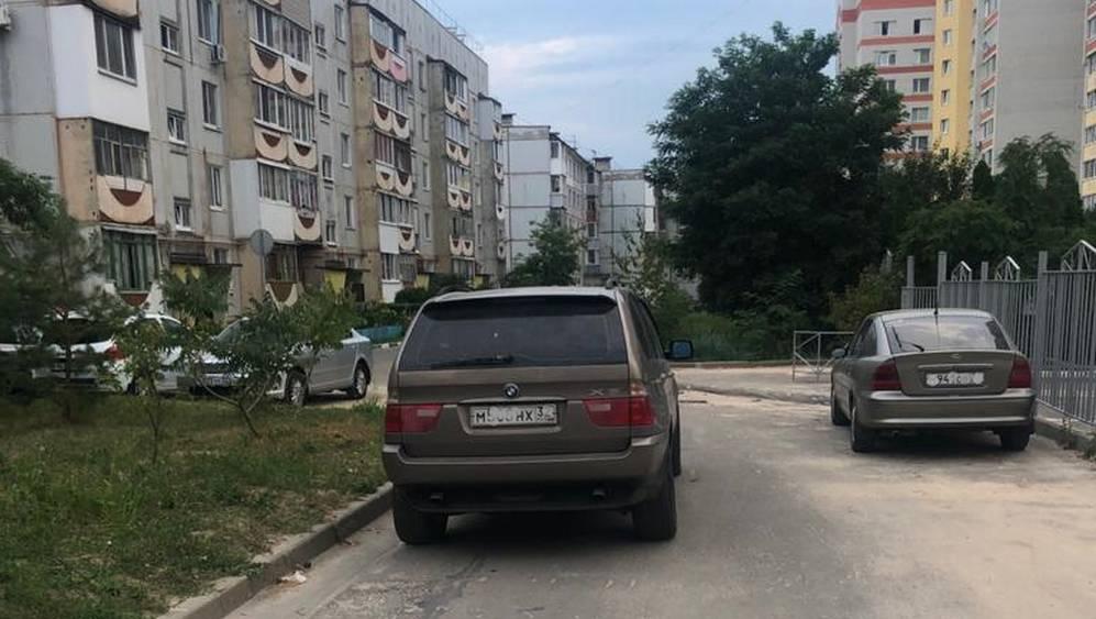 Житель Брянска предупредил о погромах из-за перекрытых машинами проездов
