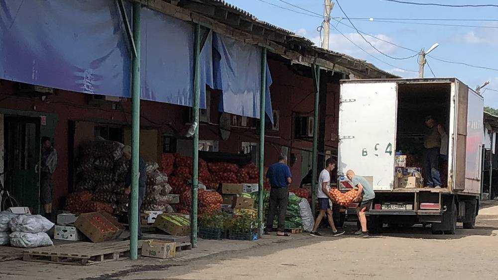 В Брянске школьники стали грузчиками на овощном рынке на улице Щукина