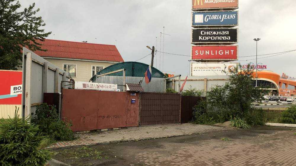 В Брянске шашлычная «для своих» стала странной спутницей ТРЦ «Аэропарк»