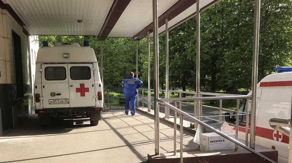 В Бежицком районе Брянска на остановке транспорта скончался мужчина
