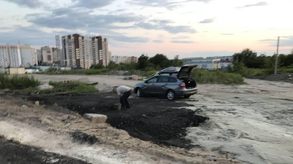 Для жителей Брянска дорожная стройка стала местом добычи асфальта