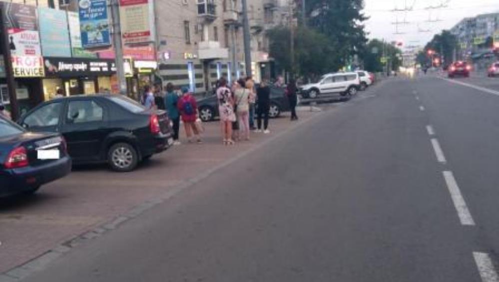 В Брянске возле торгового дома «Весна» автомобиль сбил женщину