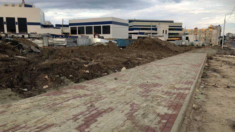 В Брянске на Объездной улице построили тротуар возле Дворца единоборств