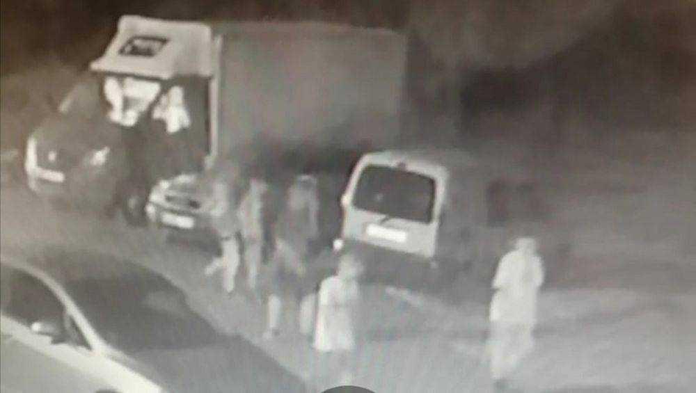 В Брянске видеокамера сняла подростков, обокравших ночью автомобиль