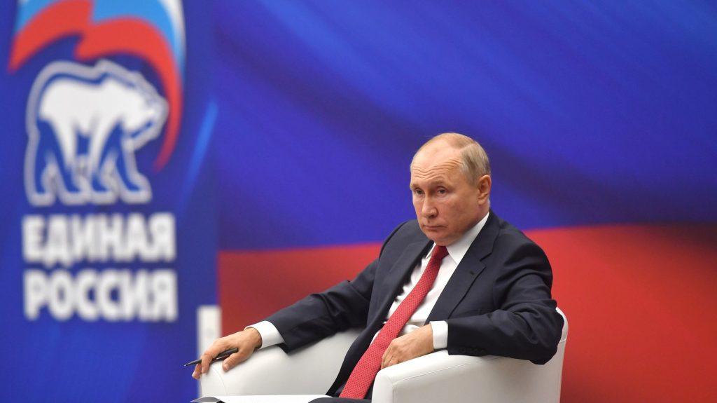 Путин поручил увеличить зарплаты силовикам