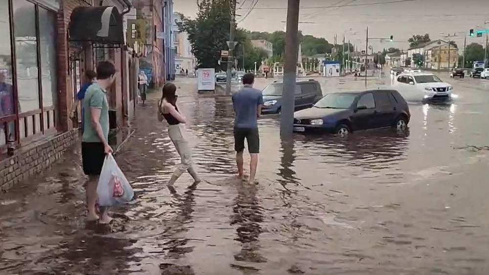В Брянске после грозы сняли видео настоящего потопа на улице Калинина