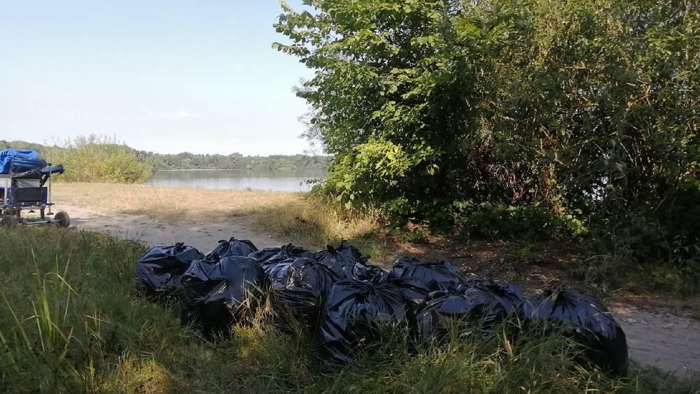 Неравнодушный брянский рыбак Николай Жуликов собрал на Орлике 40 мешков мусора