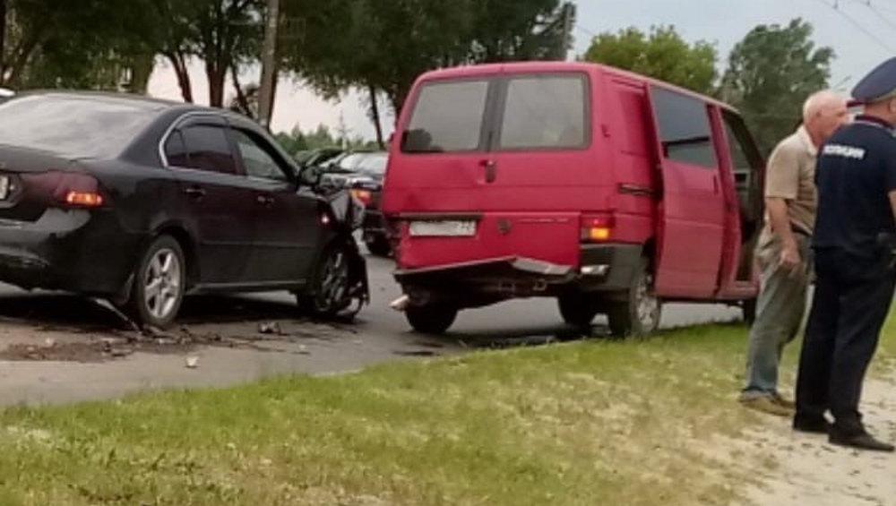 В Брянске на проспекте Московском в ДТП попали легковушка и микроавтобус