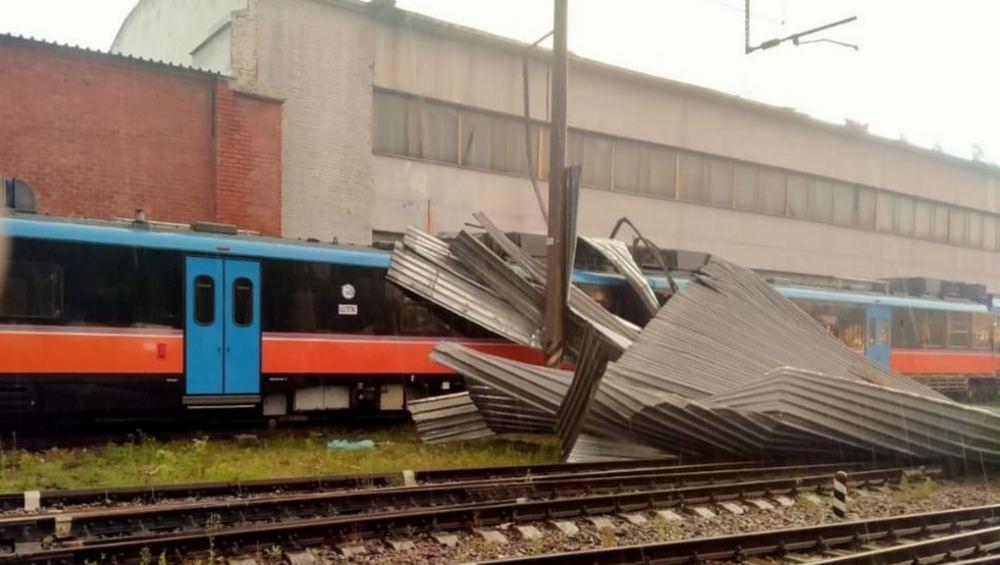 На станции Брянский-Орловский ураган обрушил на мотрису часть кровли депо