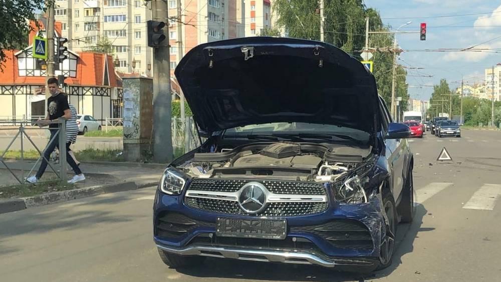 В Брянске на пересечении улиц Крахмалева и Костычева столкнулись два автомобиля