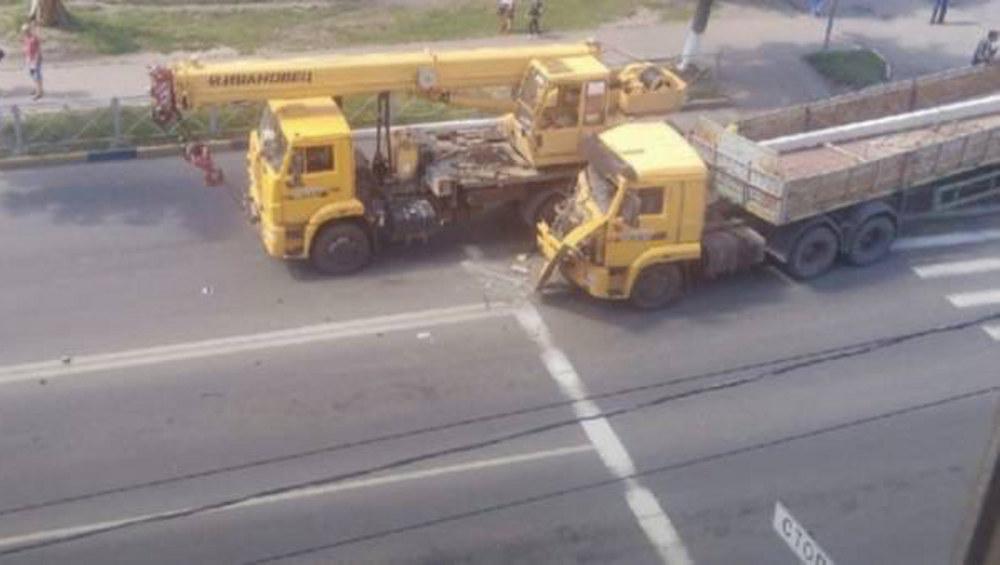 В Брянске на улице Рылеева столкнулись два грузовика