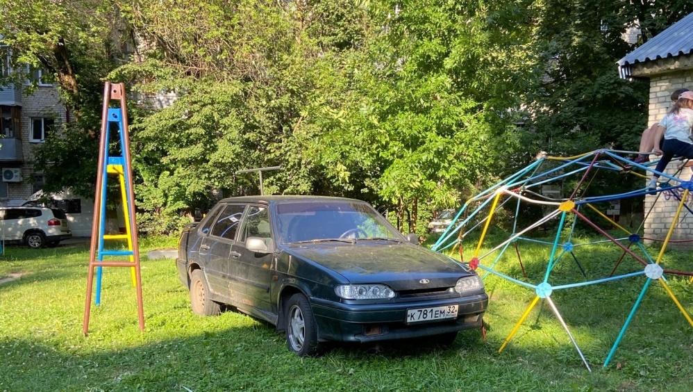 В Брянске призвали наказать водителя за парковку на детской площадке