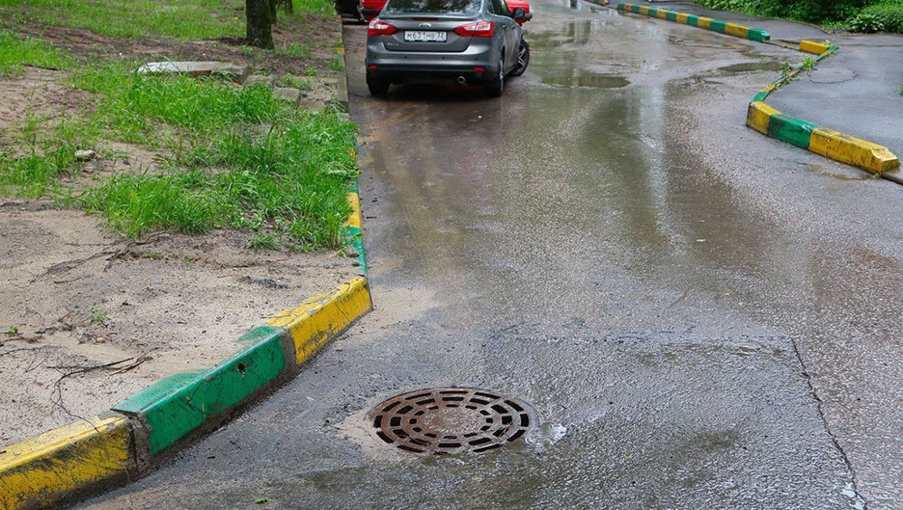 В Брянске ливень засорил ливневую канализацию на многих улицах