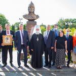 В Брянске возле собора открыли и освятили бюст Александра Невского