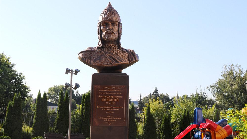 В Брянске у Кафедрального собора открыли и освятили бюст Александра Невского