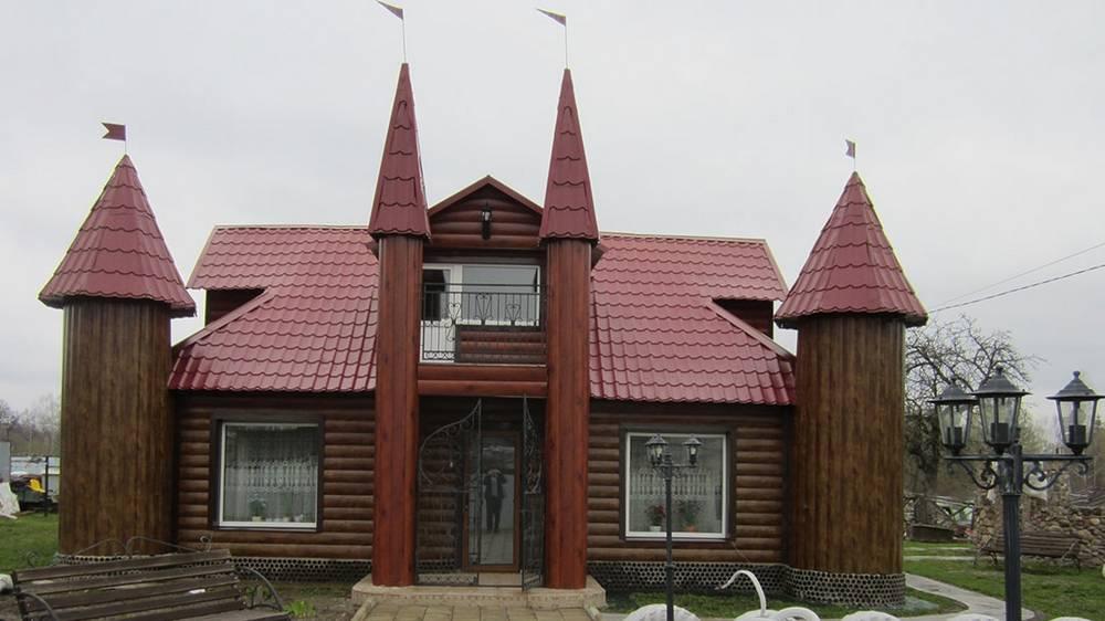 Свой замок с башнями построили в Рогнедине за 15 лет супруги Валуевы