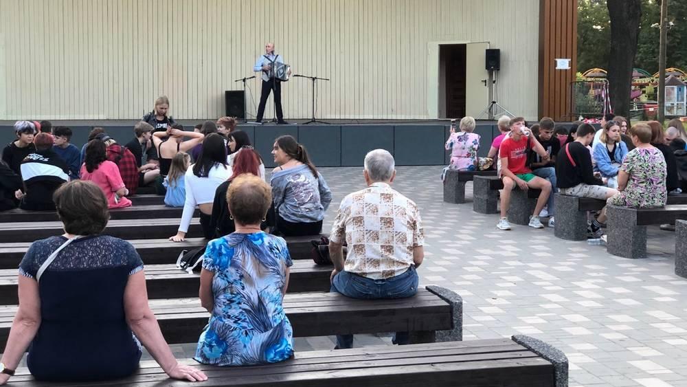 Подростки оскорбили артиста, выступавшего на сцене Майского парка Брянска