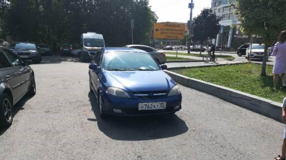 Жители Брянска призвали наказать перегородившего выезд с парковки водителя