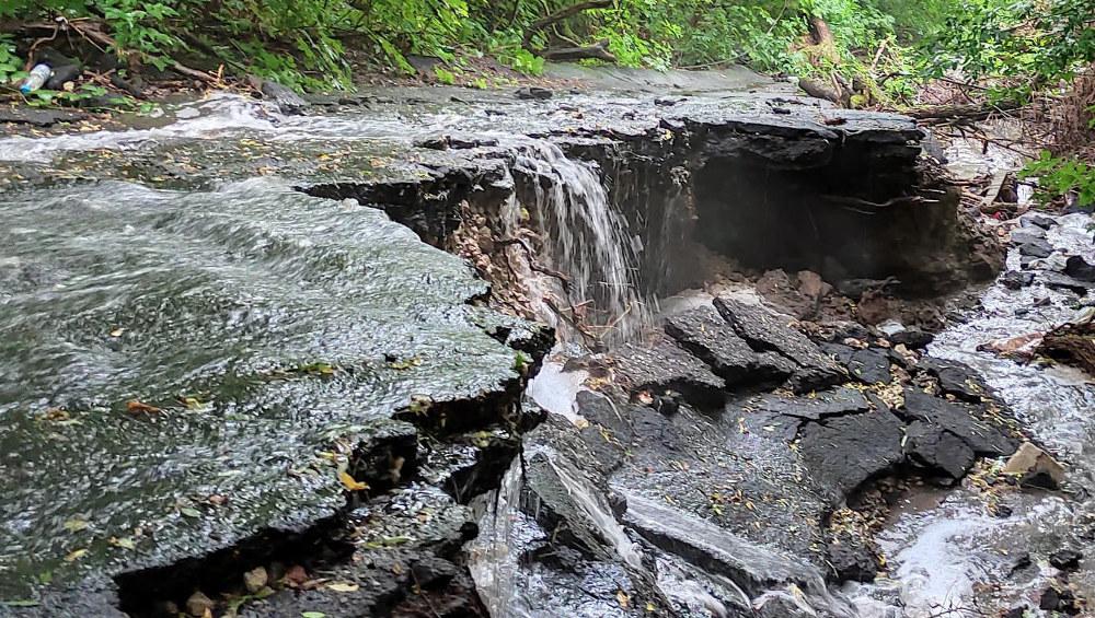 В Брянске сфотографировали бурный «горный» поток воды