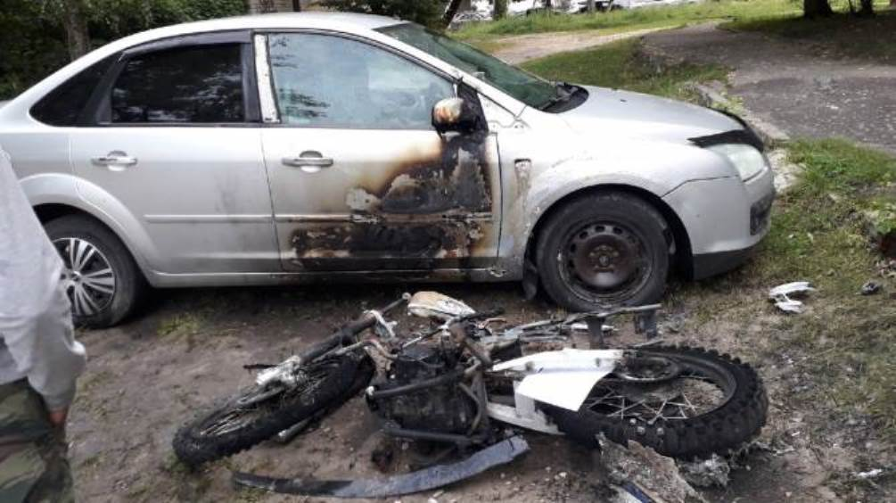 В Брянске во дворе дома при пожаре сгорели мотоцикл и дверь легковушки