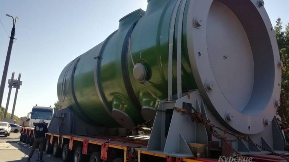 Тягач с корпусом атомного реактора прошел через Курск в Курчатов