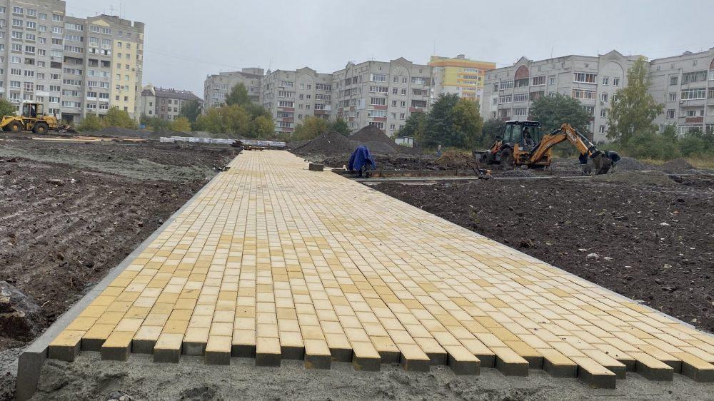 В новом сквере Брянска на улице Рекункова начали укладывать плитку