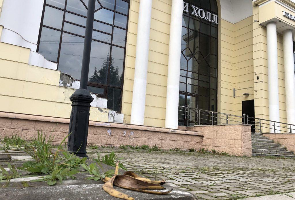 В Брянске закрытый «Сити холл» начал приходить в запустение
