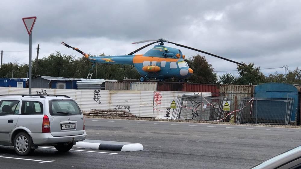 Раритетный вертолёт перенесли на строительные вагончики у ТРЦ «Аэропарк»