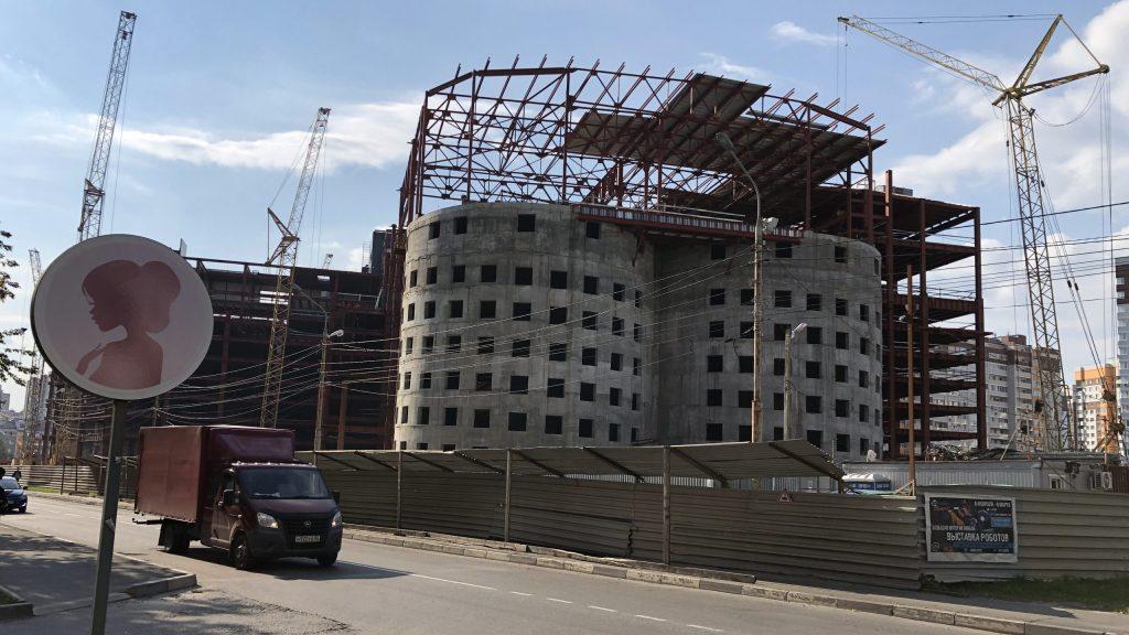 В Брянске началось строительство крыши ТРЦ «МегаГринн»