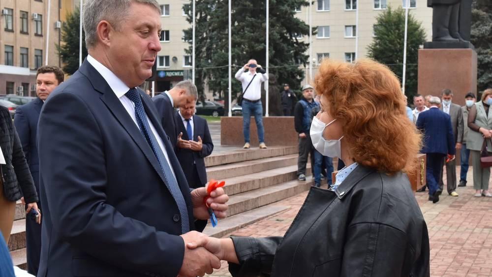 Церемония вручения ключей от 20 новых школьных автобусов прошла в Брянске